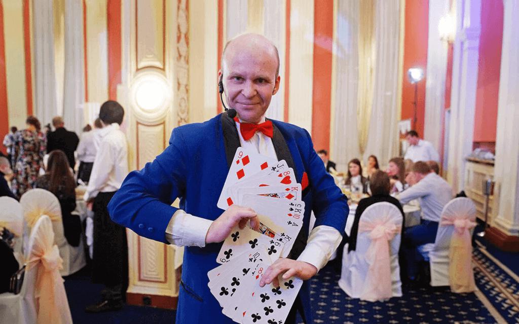 Веер карт в руках мастера.